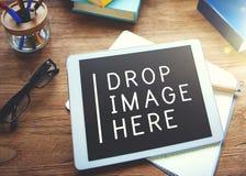 Реклама выходя социальную идею проекта вышед на рынок на рынок сети средств массовой информации Стоковые Изображения