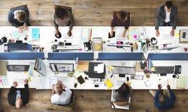 Γραφείο επιχειρηματιών που λειτουργεί την εταιρική έννοια ομάδας Στοκ Εικόνες