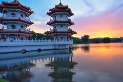 湖边中国庭院的新加坡一座充满活力的双塔 免版税图库摄影