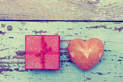 与石头的心脏和有弓的小礼物盒 免版税库存图片