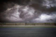 Дорога и темное небо Стоковое Изображение RF