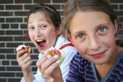 μήλα που τρώνε τα κορίτσια Στοκ Εικόνες
