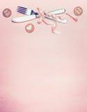 华伦泰与利器、丝带、心脏和爱消息卡片的桌设置在桃红色苍白背景,顶视图 免版税库存图片