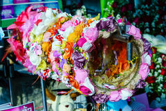 Ζωηρόχρωμη διακοσμητική κορώνα τεχνητών λουλουδιών Στοκ φωτογραφία με δικαίωμα ελεύθερης χρήσης