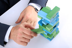 Προγραμματισμός, κίνδυνος και στρατηγική στην επιχείρηση, επιχειρηματίας που βγαίνει έναν ξύλινο φραγμό από έναν πύργο Στοκ φωτογραφία με δικαίωμα ελεύθερης χρήσης