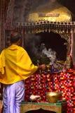 在寺庙祈祷的背景照片前面的崇拜者 免版税库存照片