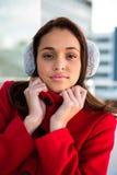 佩带外套和耳朵笨拙的人的妇女画象  库存图片