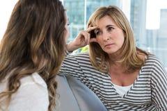 担心的母亲谈话与女儿 免版税图库摄影