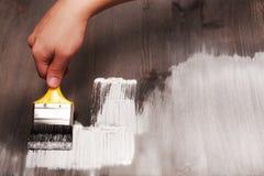 Ζωγραφική χεριών στον ξύλινο πίνακα Στοκ φωτογραφία με δικαίωμα ελεύθερης χρήσης