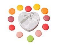 与心脏的五颜六色的蛋白杏仁饼干塑造在白色背景的礼物盒 免版税库存照片