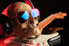 Ακόμα ζωή με το κρανίο και την ηλεκτρική κιθάρα Στοκ Εικόνες
