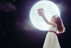 有红色重点的女孩 免版税图库摄影