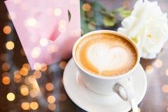 关闭与心脏和咖啡的贺卡 免版税库存照片