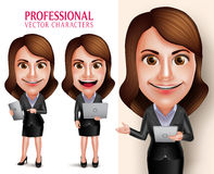 与企业成套装备愉快的微笑的举行的流动片剂和膝上型计算机的职业妇女字符 免版税库存照片