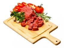 在与菜的立方体切的未加工的新鲜的肉 库存图片