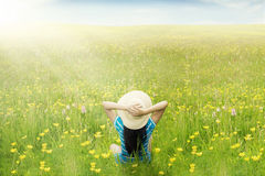 Счастливая женщина наслаждается весенним временем на луге Стоковое Изображение RF