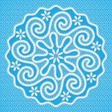 白色有花边的圆的餐巾用俄语沃洛格达州鞋带样式 免版税库存图片