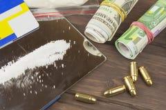 药物销售  国际罪行,毒品交易 药物和金钱在一张木桌上 免版税库存照片