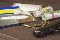 药物销售  国际罪行,毒品交易 药物和金钱在一张木桌上 图库摄影