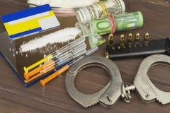 药物销售  国际罪行,毒品交易 药物和金钱在一张木桌上 库存照片