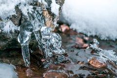 美好的水晶冰柱 冻结的小河 免版税图库摄影