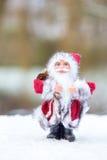 站立在白色雪的圣诞老人模型户外 免版税图库摄影