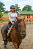 在小牧场的马骑术 库存照片