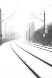 在有雾的雪的路轨 免版税库存图片
