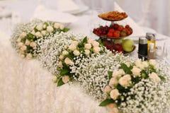 在婚礼桌上的美丽的花装饰 图库摄影