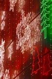 在一个大厦门面的圣诞灯装饰在温暖的口气 免版税库存图片