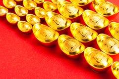 使用中国金锭繁荣的标志在中国人民中的 免版税图库摄影