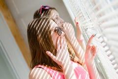 获得两个美丽的白肤金发的十几岁的女孩愉快的乐趣 免版税库存图片