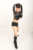 女性拳击手,健身妇女拳击佩带的把装箱的黑手套 库存照片