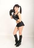 女性拳击手,健身妇女拳击佩带的把装箱的黑手套 免版税图库摄影
