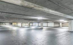 空的水泥停车库内部场面在购物中心的 免版税库存照片