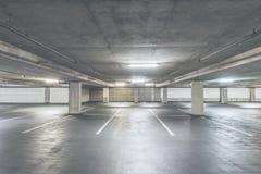 空的水泥停车库内部场面在购物中心的 免版税图库摄影
