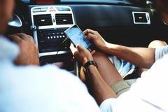 在网络的男性观察定位图通过在旅行期间的手机 免版税图库摄影