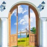 Зеленый цвет травы пляжа открытого моря двери Стоковое Изображение RF