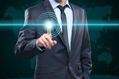 企业、技术、互联网和网络概念-按有联络的商人按钮在虚屏上 例证映射旧世界 免版税库存照片