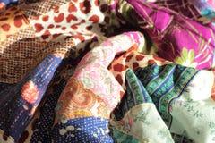 不同的床罩使手工一个个旧布工作 免版税库存图片