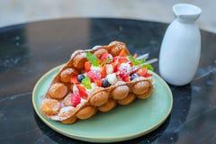 香港样式奶蛋烘饼用莓果和鲜美果子 免版税库存照片