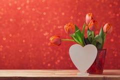 Κομψή ακόμα ζωή ημέρας βαλεντίνου με τα λουλούδια τουλιπών και το σημάδι μορφής καρδιών Στοκ Εικόνες