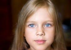 有吸引力的白肤金发的女孩纵向年轻&# 免版税库存照片