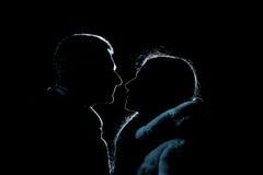 恋人、男人和妇女剪影在晚上 库存图片