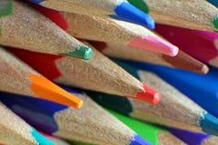上色铅笔的艺术家 免版税库存照片