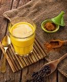 金黄牛奶做用姜黄 免版税库存照片