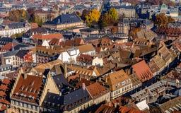 生动的中世纪房子在史特拉斯堡市顶房顶被盖的传统红色和橙色瓦片 库存图片
