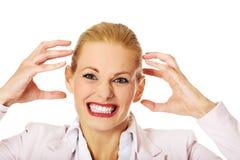 Агрессивная молодая бизнес-леди кричащая Стоковое Фото