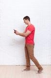 去的人使用手机智能手机社会网络通信 免版税库存图片