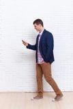 使用手机智能手机繁忙的走的社会网络通信的商人 库存照片